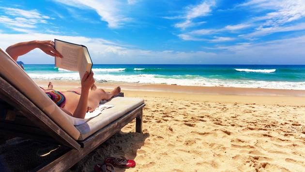 Leyendo hasta el amanecer en la playa