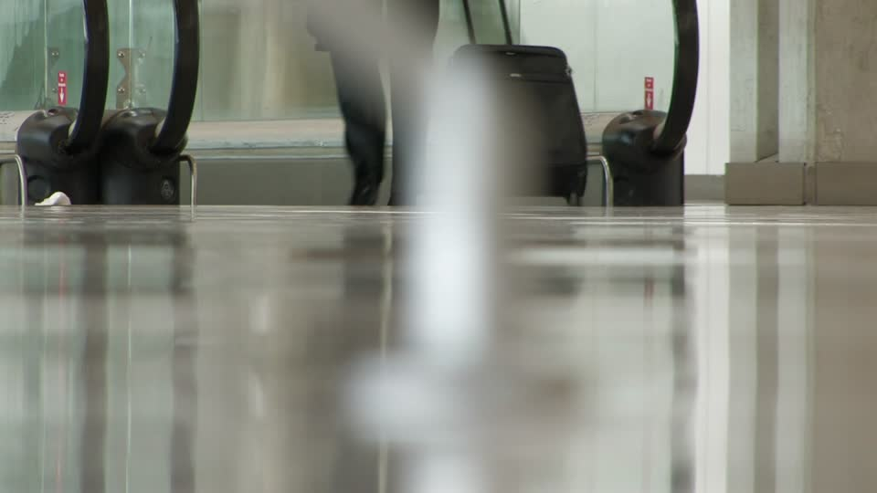 290273014-viaje-de-negocios-piso-mujer-de-negocios-aeropuerto