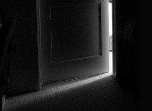 luz-a-travc3a9s-de-la-puerta